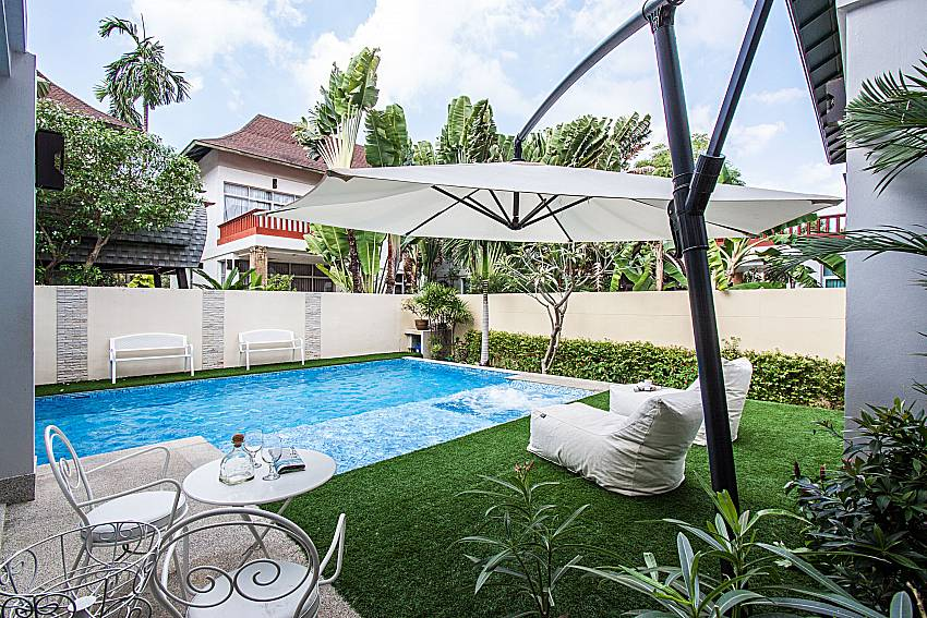 The garden around the pool Of Jomtien Waree 6