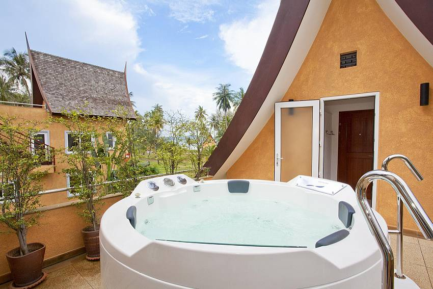 Jacuzzi tub outdoor Of Koh Chang View Villa