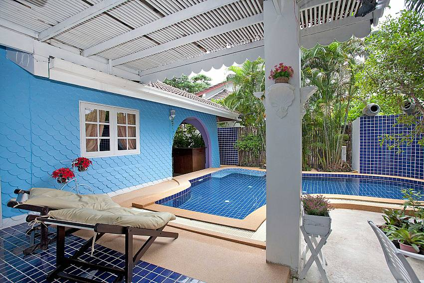 Sun bed near the pool Of Jomtien Paradise Villa