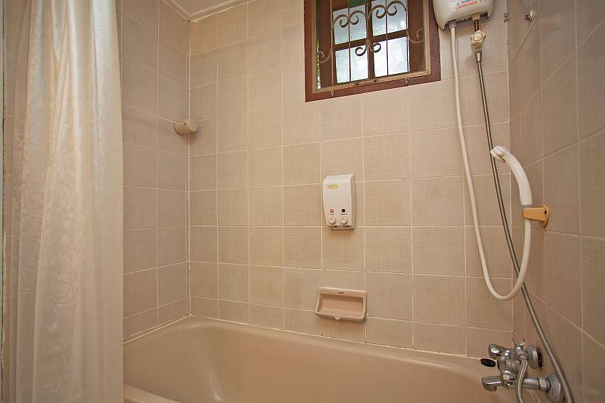 Shower with jacuzzi tub Of Jomtien Paradise Villa