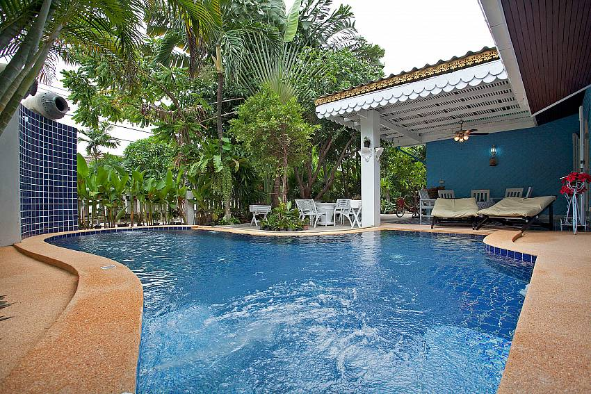 Swimming pool with trees Of Jomtien Paradise Villa