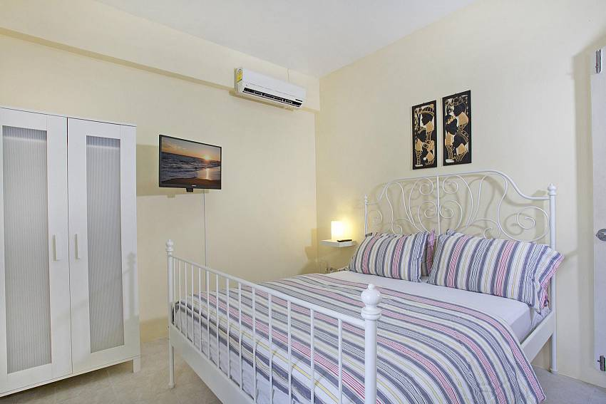 Bedroom with wardrobe and TV Of Jomtien Summertime Villa A (Four)