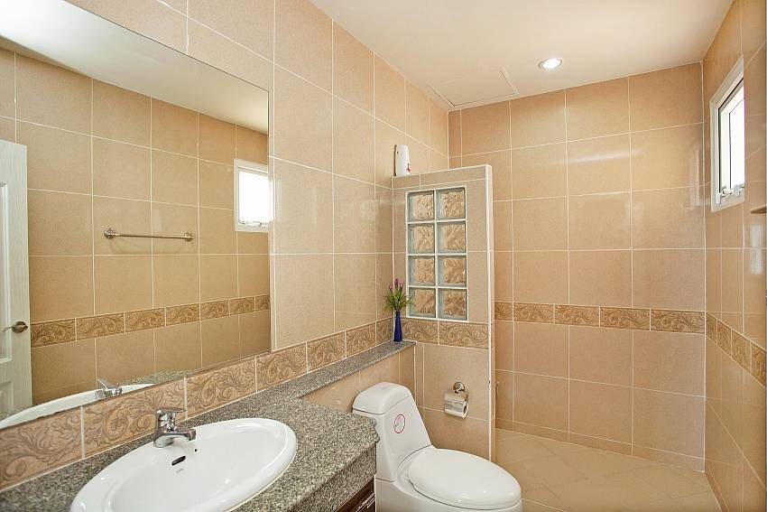 Wash basin with toilet and shower at Jomtien Summertime Villa A Pattaya