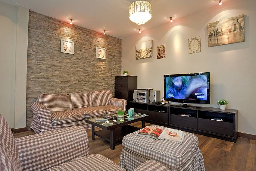 Warmly decorated lounge in Villa Enigma South Pattaya