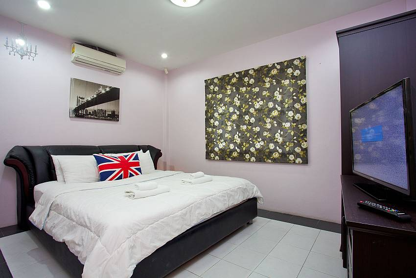 2. bedroom with king-size bed and TV at Villa Enigma South Pattaya