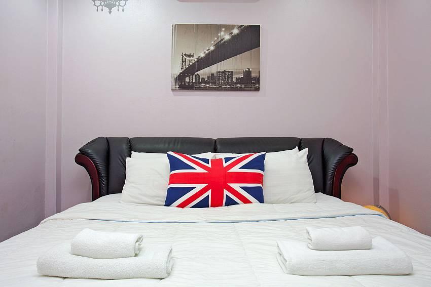 Kingsize bed in 2. bedroom of Villa Enigma in Pattaya