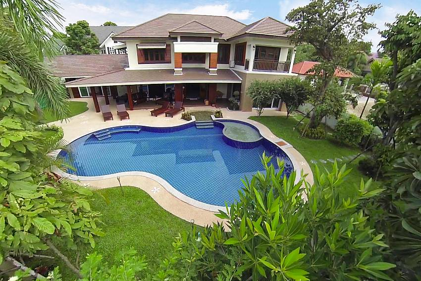 Large house with garden and swimming pool Of Lanna Karuehaad Villa