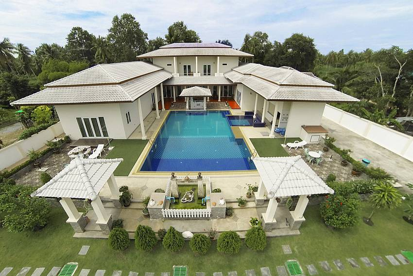 Large house with swimming pool and garden Of Huay Yai Manor