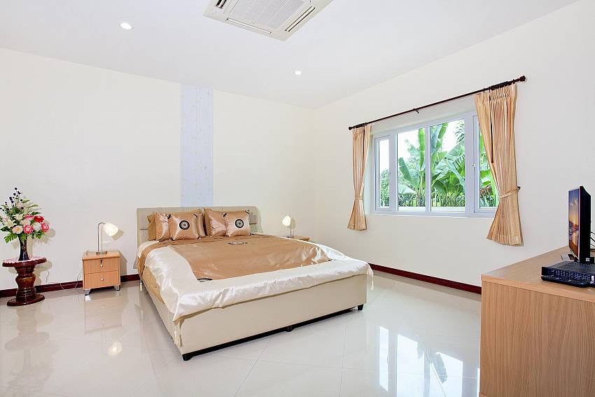 Bedroom views with TV and shelves Of Huay Yai Manor (Third)