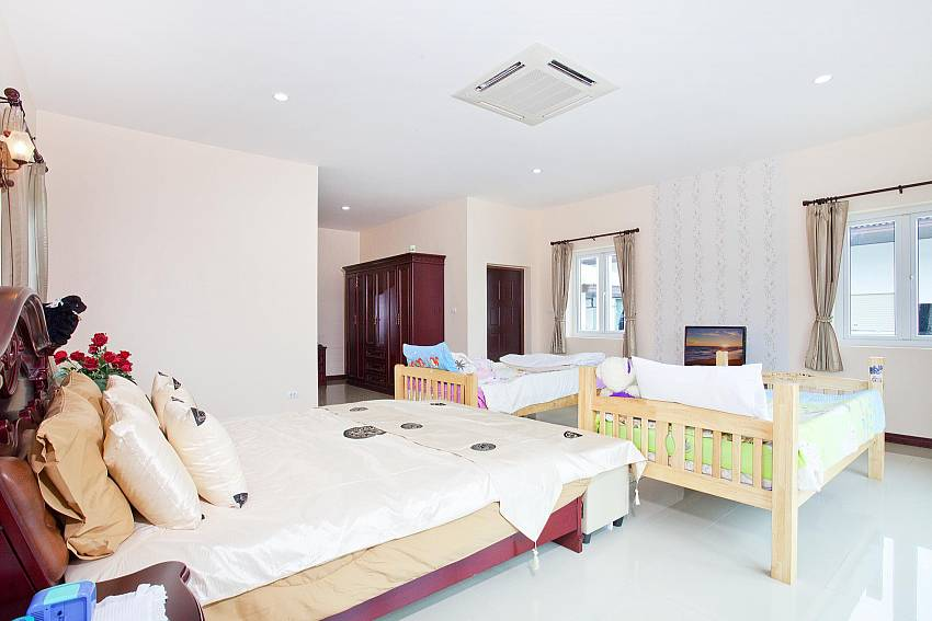 Bedroom with a crib Of Huay Yai Manor (Four)