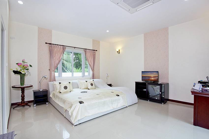 Bedroom views with TV Of Huay Yai Manor (Seven)