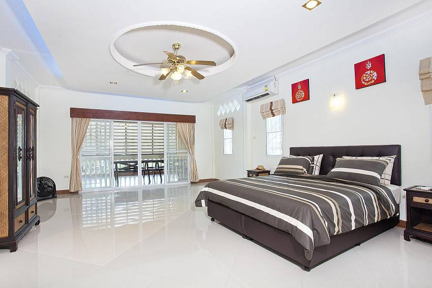 King size bed in first bedroom at Villa Patiharn in Pattaya