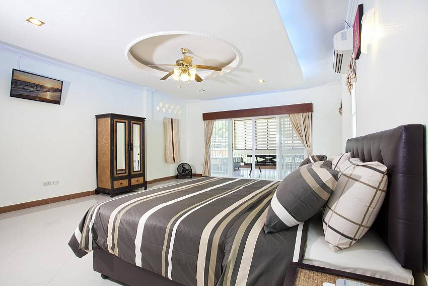 1 bedroom with king size bed and TV Villa Patiharn Pattaya