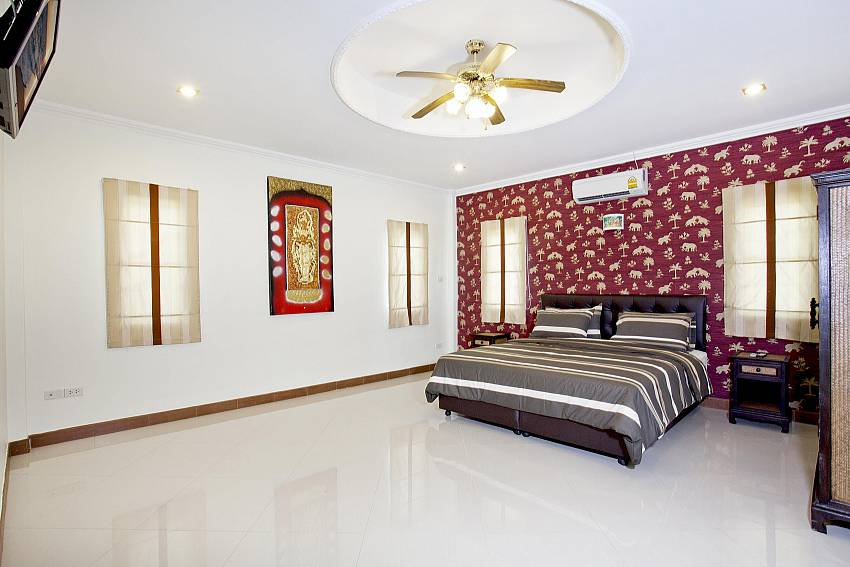 King-size bedroom no. 2 at Villa Patiharn in Pattaya