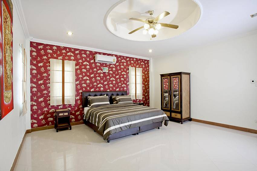 2. bedroom with wardrobe at Villa Patiharn Pattaya