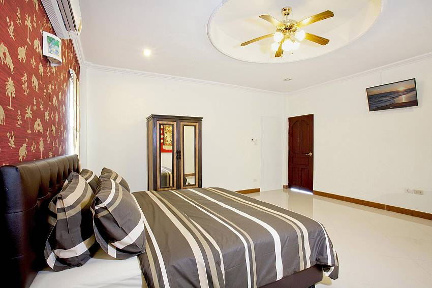 King-size bedroom 2 with TV in Pattaya Villa Patiharn