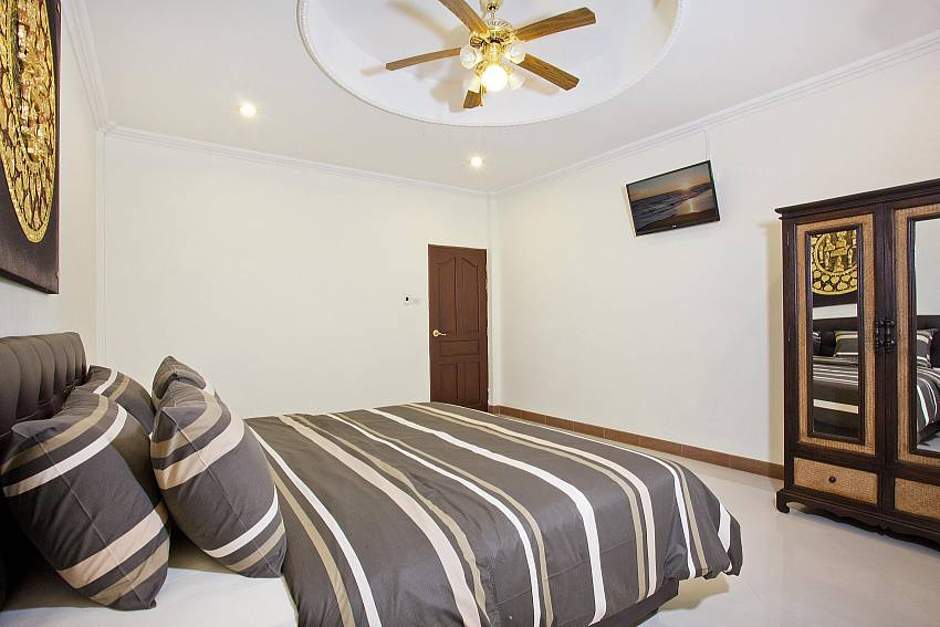 Bedroom no. 3 with king-size bed and TV Villa Patiharn Pattaya