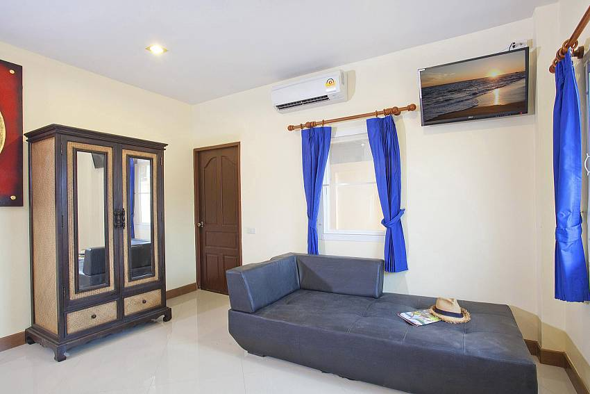 Sofa and wardrobe with TV in 4. bedroom at Villa Patiharn Pattaya