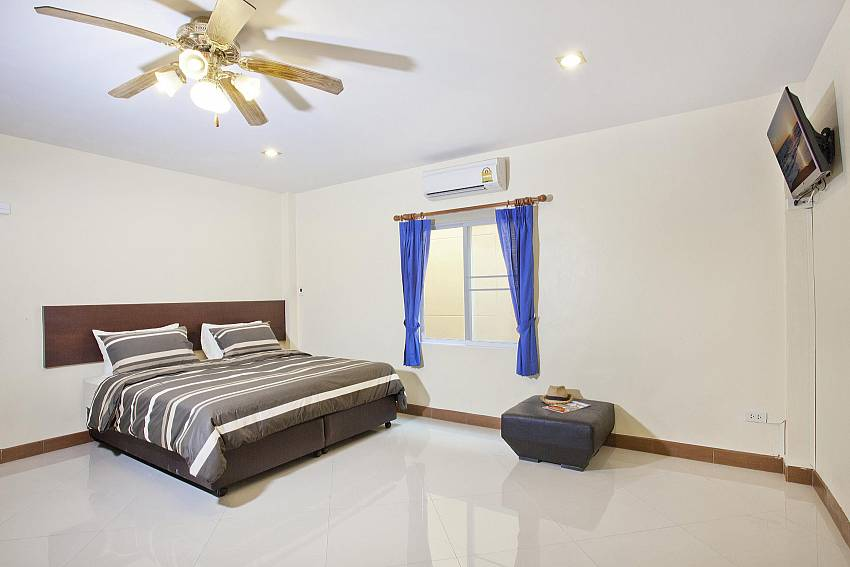 5. King size bedroom with TV at Villa Patiharn in Pattaya
