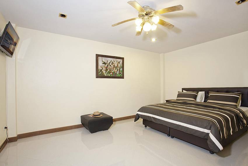7. bedroom with king-size bed in Villa Patiharn Pattaya
