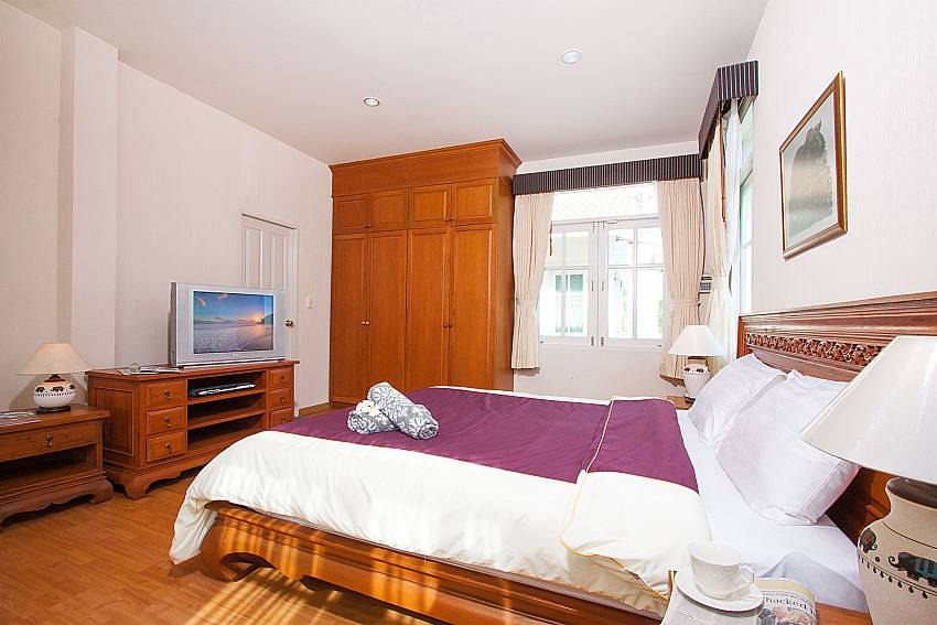 King size bedroom with TV at Jomtien Ascension A villa Pattaya