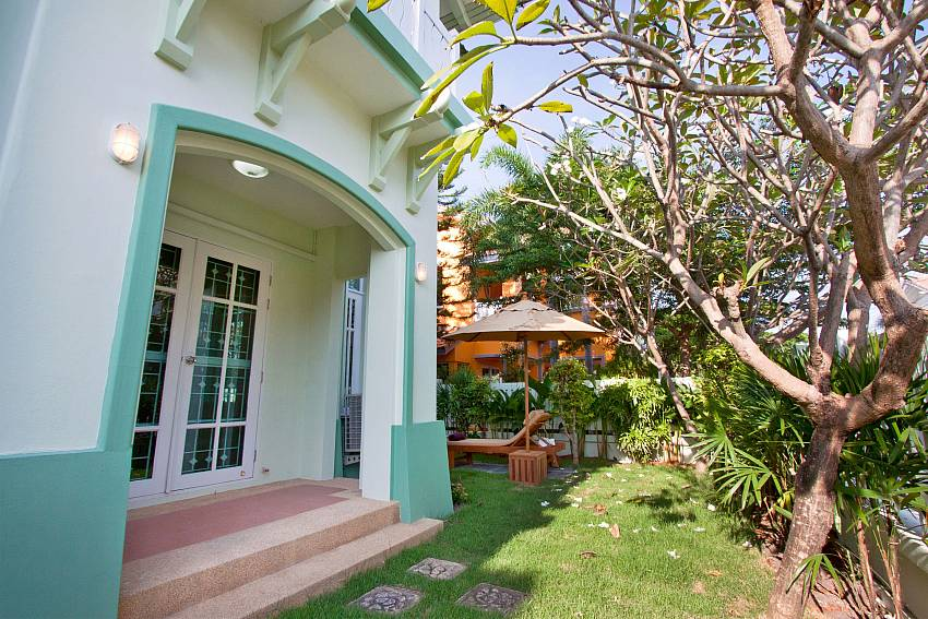Garden in front of the house Of Jomtien Ascension B