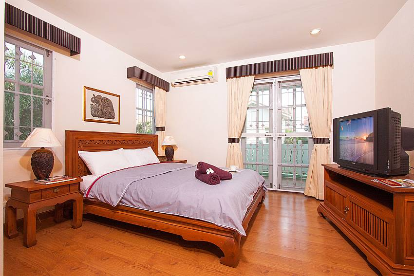 King size bed and TV in bedroom at Jomtien Ascension B Pattaya