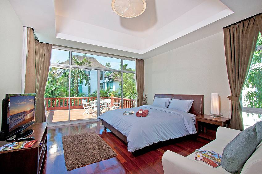 Bedroom with and sofa and TV Of Jomtien Waree 4 (First)