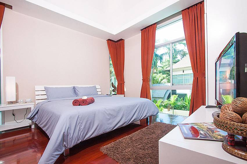 2. bedroom with TV and King-size bed at Jomtien Waree 4 South Pattaya