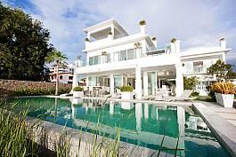 Astounding beachside white villa with seven bedrooms in Na Jomtien