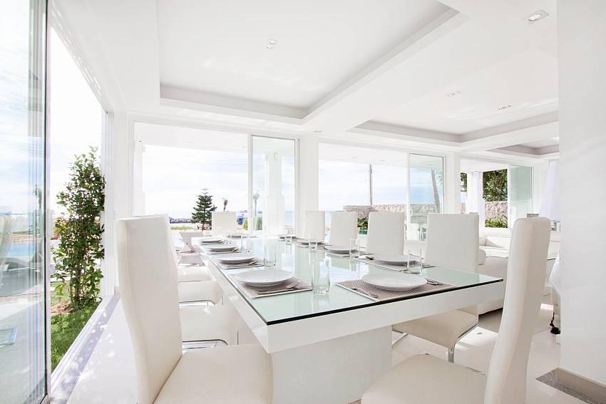 Dinning table in the house Of Na Jomtien Beachfront Villa