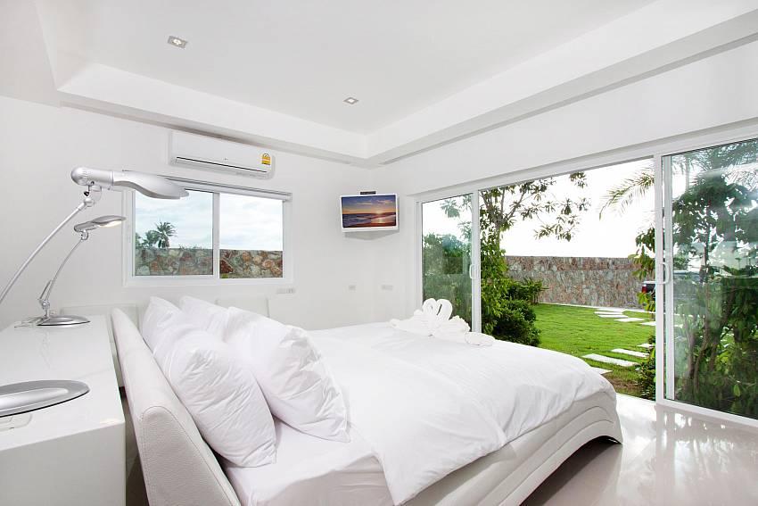 Bedroom can walk to the garden Of Na Jomtien Beachfront Villa (First)
