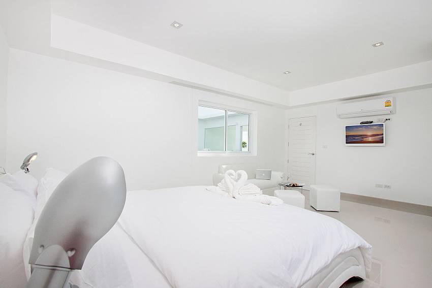 Bedroom views with TV Of Na Jomtien Beachfront Villa (Five)