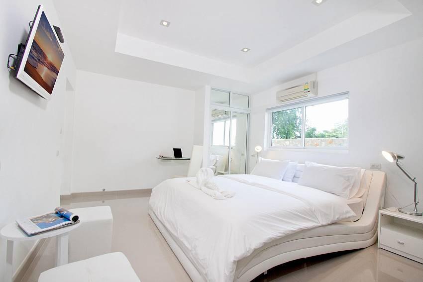 Bedroom views with TV Of Na Jomtien Beachfront Villa (Six)