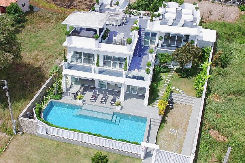 The highly visible large houses with swimming pool Of Na Jomtien Beachfront Villa