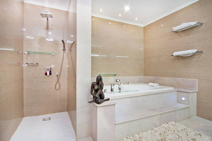 Shower with jacuzzi tub Of Royale Grand Villa