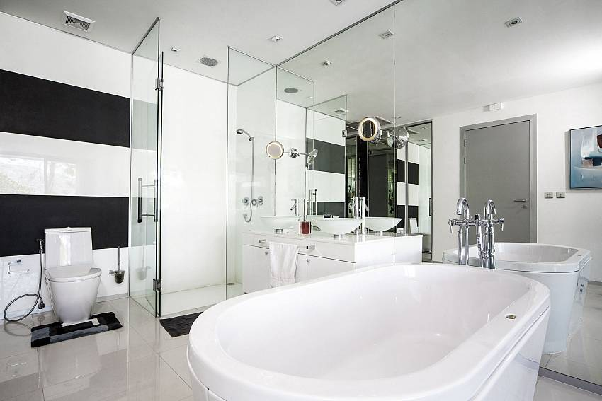 Jacuzzi tub with toilet Of Seductive Sunset Villa Patong A5