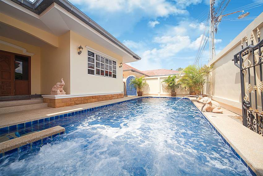 Private pool with integrated Jacuzzi at Baan Chokdee Pattaya