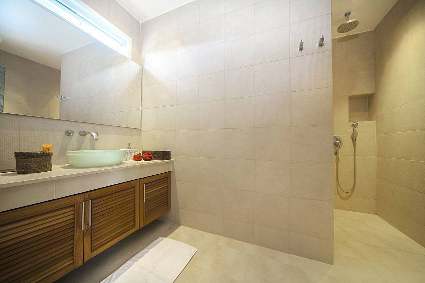 Shower with basin wash Of Villa Romeo
