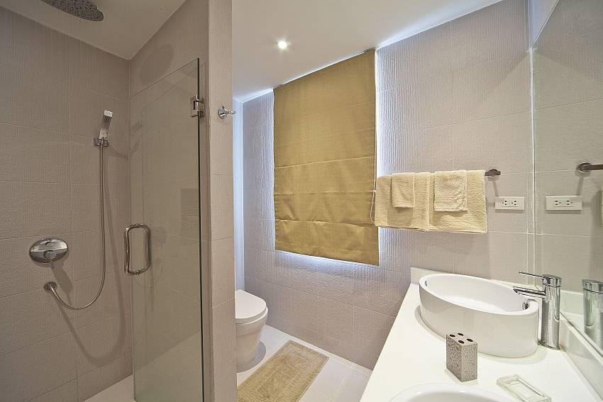 Shower with basin wash and toilet Of Villa Juliet Modern