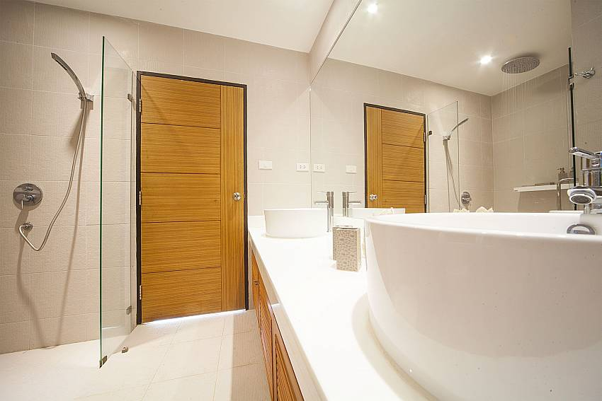 Modern bathroom at Villa Juliet West Phuket