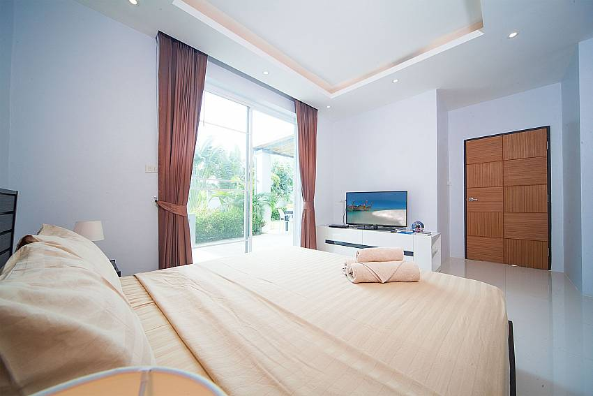 King size bed in 2. bedroom at Villa Juliet Phuket