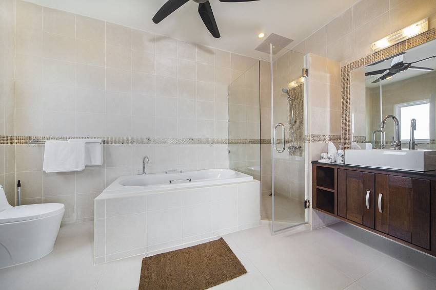 Jacuzzi tub with toilet and basin wash Of Villa Hin Fa