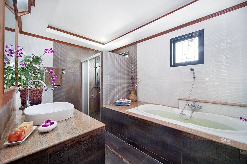 Jacuzzi tub with basin wash Of BangTao Tara Villa 1
