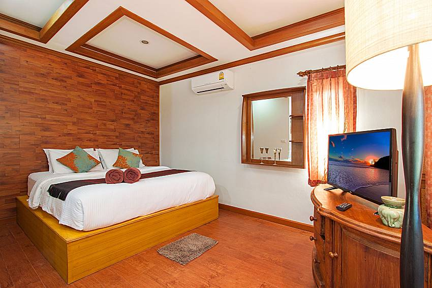 Bedroom with TV and shelves Of BangTao Tara Villa 1 (Four)
