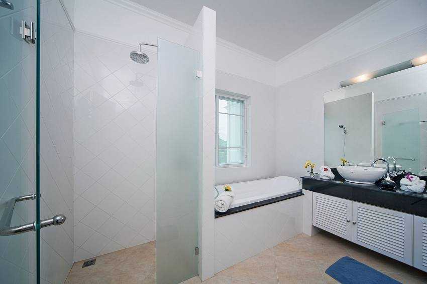 Shower with jacuzzi tub Of Hua Hin Manor Palm Hills