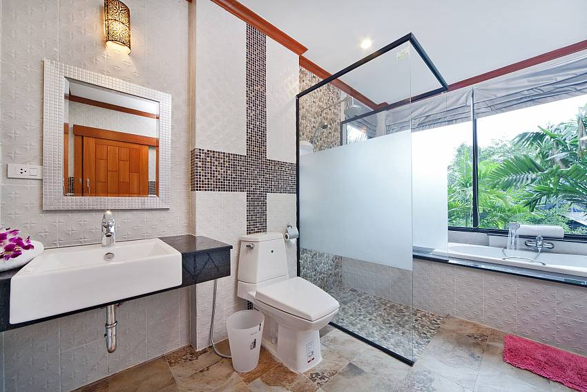 Basin wash with toilet and jacuzzi tub Of BangTao Tara Villa 3