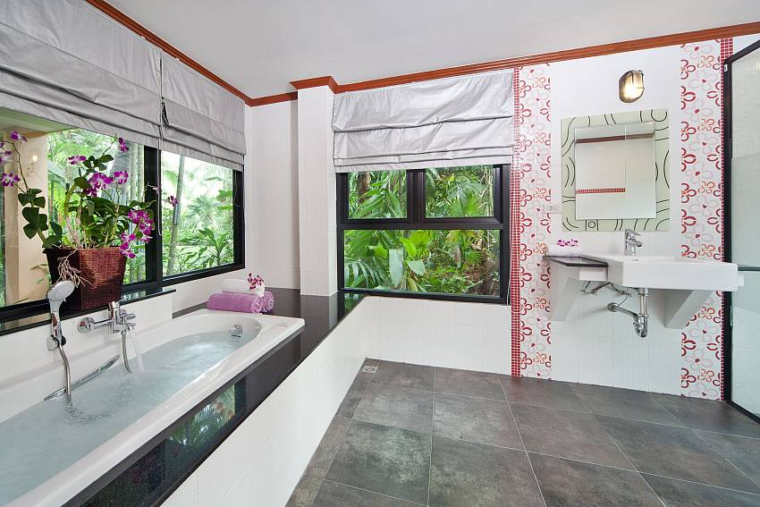 Jacuzzi tub with basin wash Of BangTao Tara Villa 3