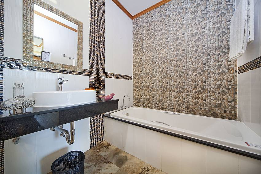 Jacuzzi tub with basin wash Of BangTao Tara Villa 4