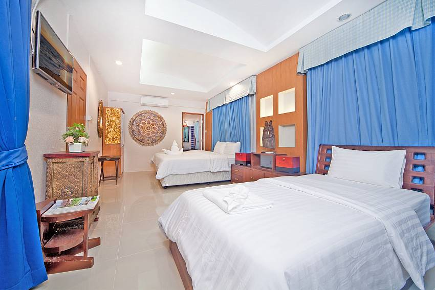 Double bedroom with TV and shelves Of Baan Ruean Thai (First)